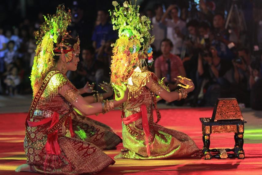 Gerak tari Gending Sriwijaya didominasi oleh gerak membungkuk dan berlutut, sesekali melempar senyum sambil melentikan jari-jari kuku
