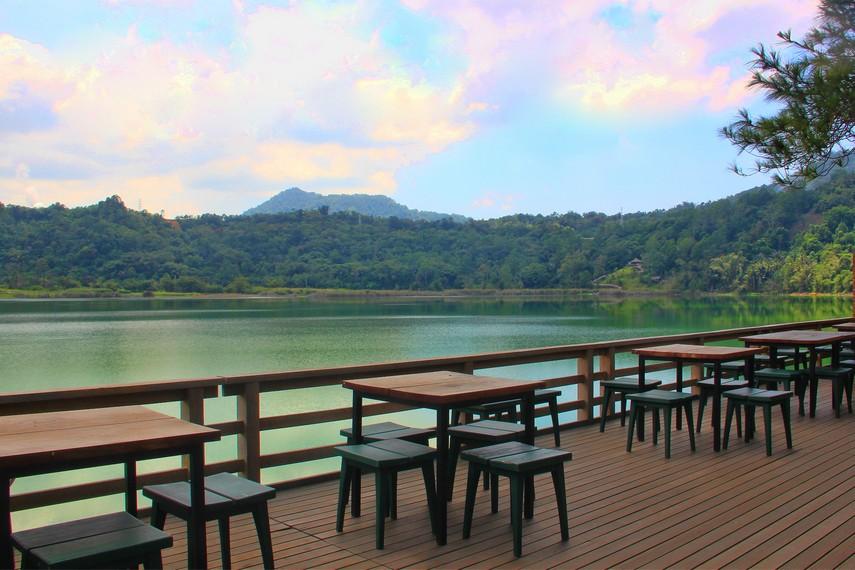 Gunung Lokon yang masih aktif juga menjadi sajian panorama yang tersaji indah di sini