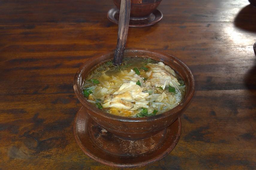 Penyajian di atas mangkuk gerabah dengan sendok yang terbuat dari gerabah membuat nuansa menikmati soto menjadi menyenangkan