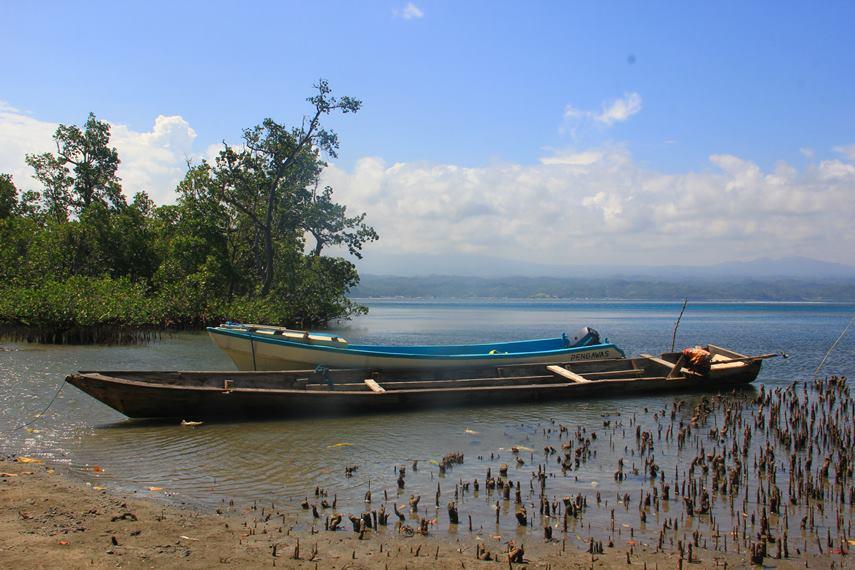 Lokasi Pulau Tumbak yang tidak terlalu jauh dari dermaga, membuat perjalanan hanya memakan waktu sekitar 10 menit menggunakan perahu motor nelayan