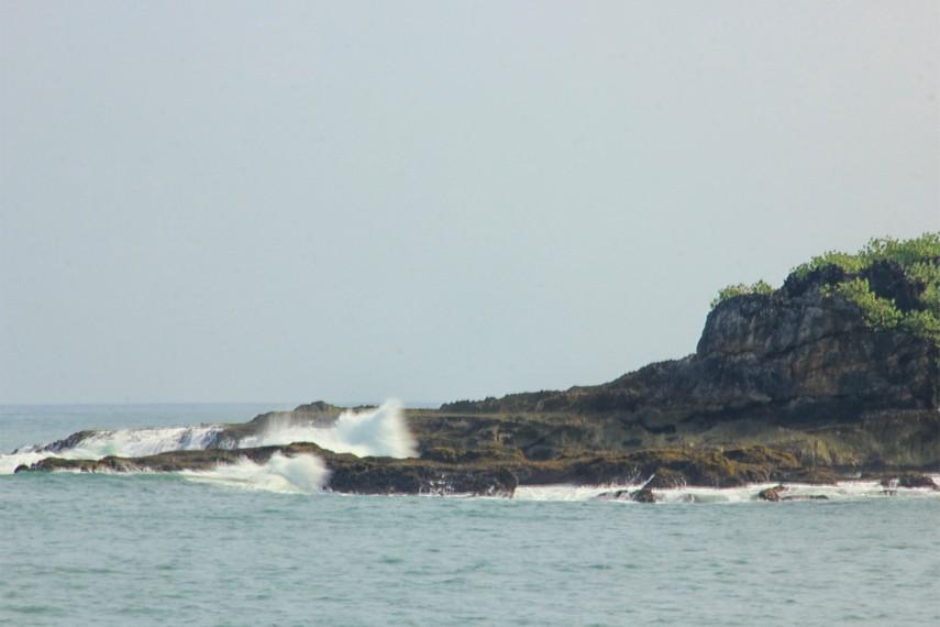 Ombak besar khas laut Jawa Selatan juga menjadi sajian yang begitu memikat di Pulau Manuk