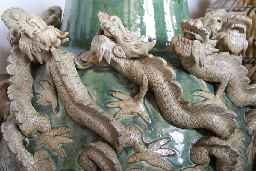 Ada beberapa motif yang dapat dipilih seperti, motif bunga jampa, motif naga, motif naga sembilan, motif anggur, motif cemara bangau, dan motif naga 4 timbul