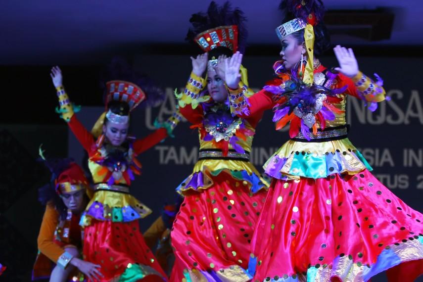 Penari yele fulang mengenakan pakaian adat tomini yang telah dimodifikasi dan dipadukan dengan warna-warna khas