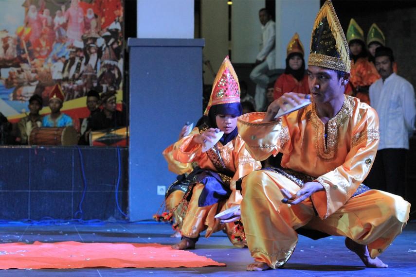 Kelihaian para penari dalam memainkan piring keramik di atas panggung menjadi suguhan yang menarik dari tari ini