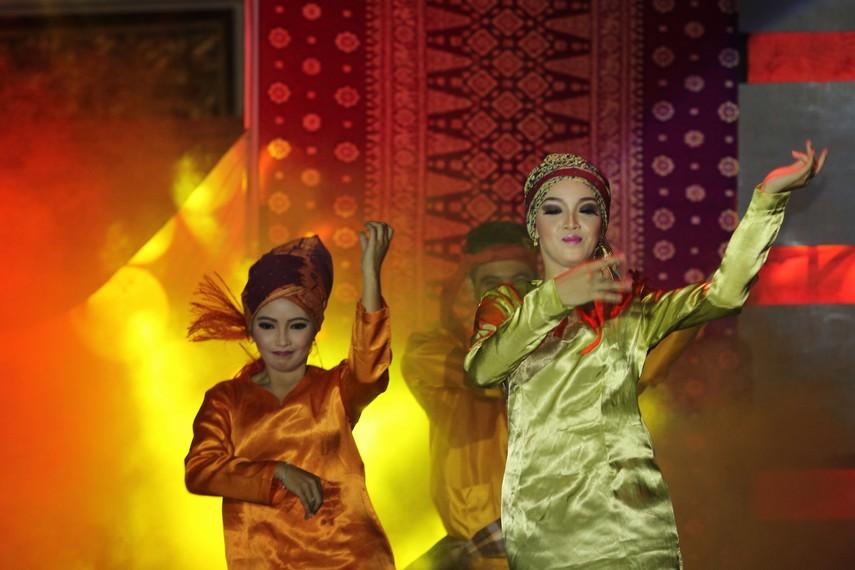 Dari segi musik yang mengiringi, sendratari ini diiringi  musik melayu Sumatera yang dihasilkan dari perpaduan berbagai alat musik, baik tradisional maupun modern