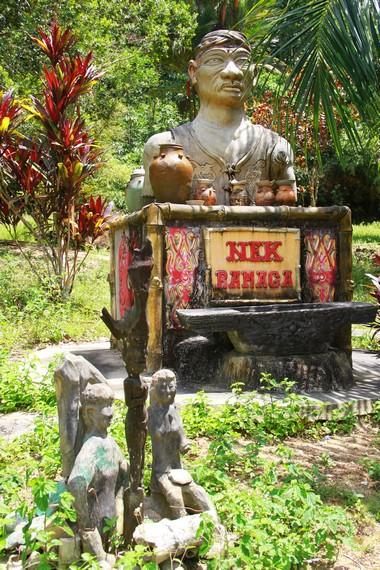 Patung Nek Ramaga, seorang pemimpin komunitas yang hidup di sebuah kampung bernama Pakana Bahana, di hulu Sungai Mempawah