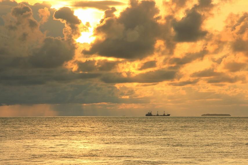 Saat senja, Pantai Padang menawarkan sajian utama yang indah untuk disaksikan