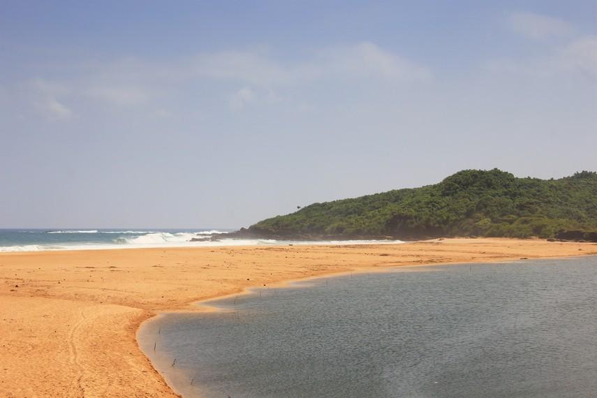 Menuju Pantai Pasir Putih Ujung Genteng pengunjung membutuhkan sedikit tenaga karena letaknya di balik hutan
