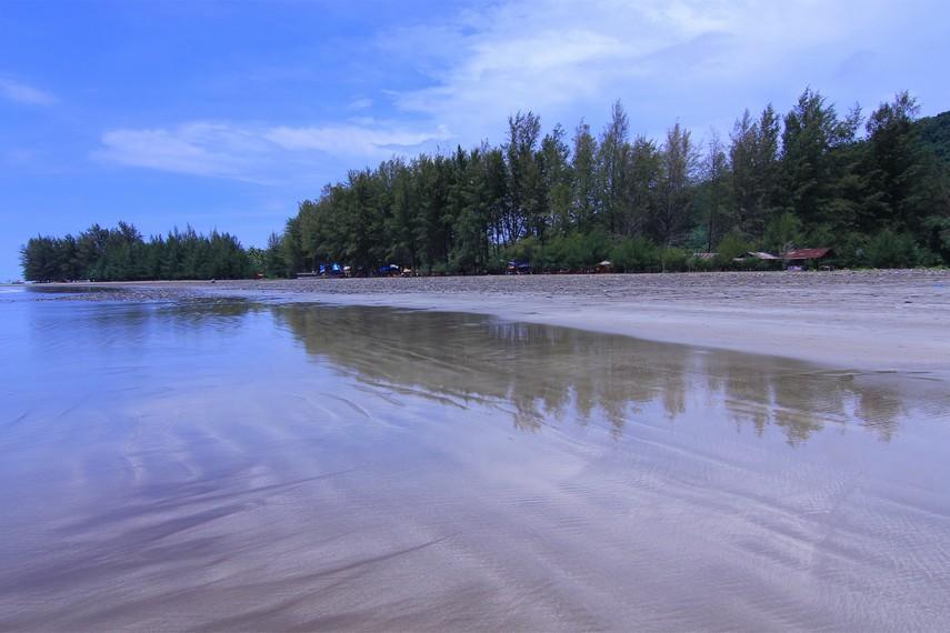 Pantai Air Manis merupakan pantai berpasir putih kecokelatan dengan kontur landai dan garis pantai yang lebar