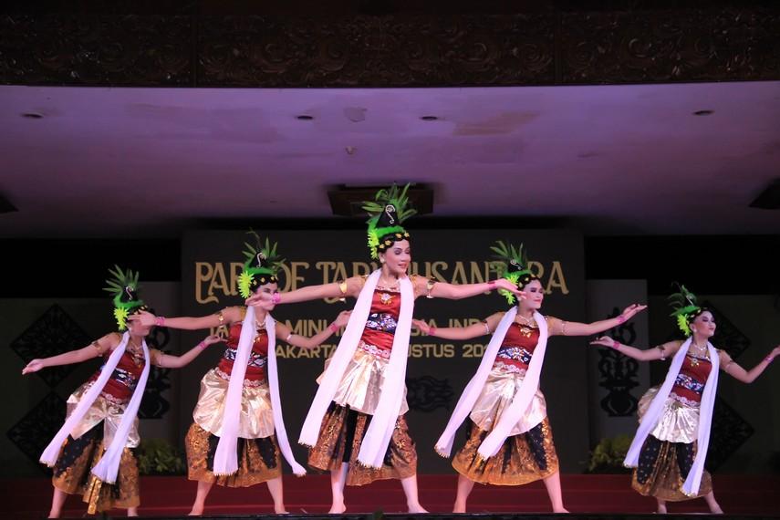 Tari rong tek diiringi alat musik bambu yang lebih dikenal dengan nama gamelan calung