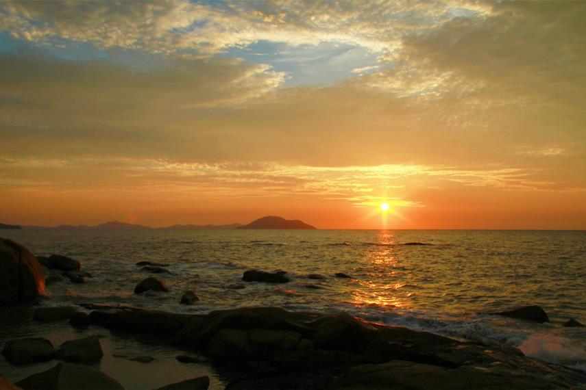 Panorama matahari tenggelam menjadi salah satu daya tarik dari pantai di kawasan Sinka Island Park