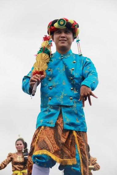 Penari laki-laki menggunakan busana khas miskat untuk atasan dan celana dodot