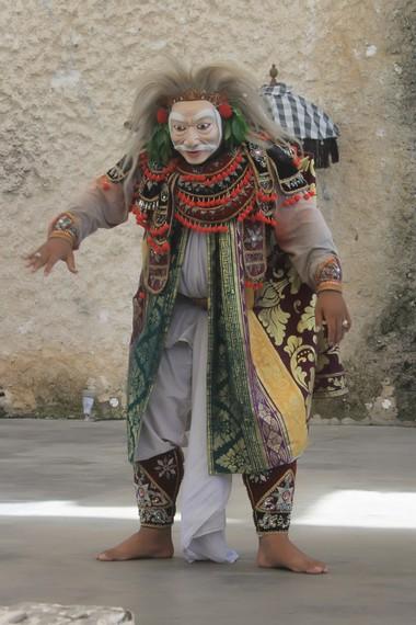 Sesekali sang penari akan berhenti dan menghela napas dan mengelap keringat dengan gaya yang jenaka