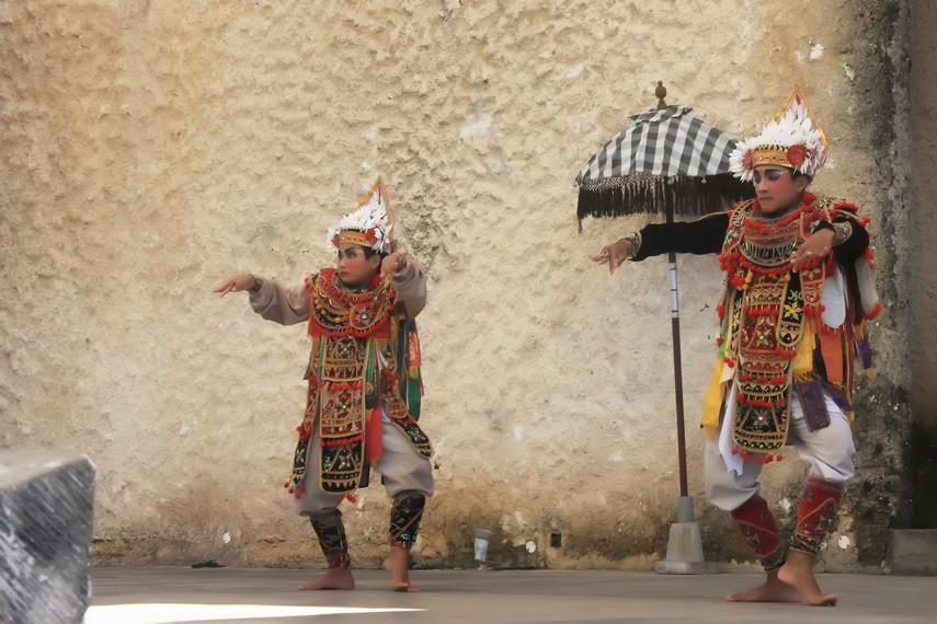Secara visual, busana para penari baris non-ritual terlihat lebih kaya warna dibanding tari baris ritual