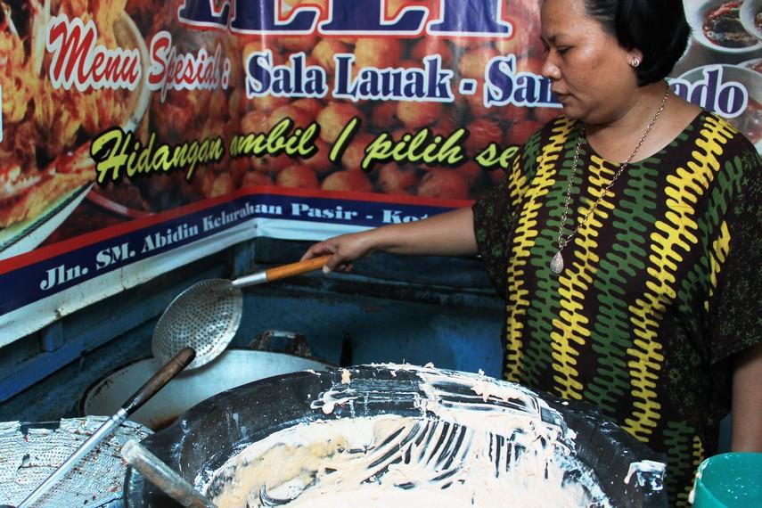 Bumbu yang digunakan dalam adonan tepung ini adalah bawang putih, langkuas, cabe giling dan daun kunyit