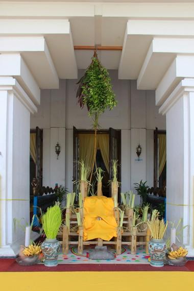 Balai bambu beserta kelengkapan yang digunakan dalam upacara beluluh