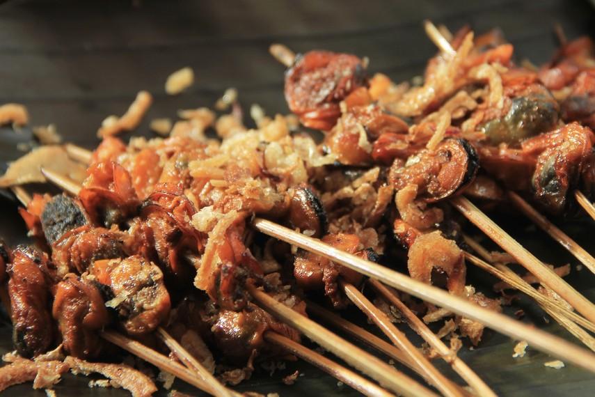 Sate kerang akan semakin nikmat saat disajikan dengan taburan bawang goreng