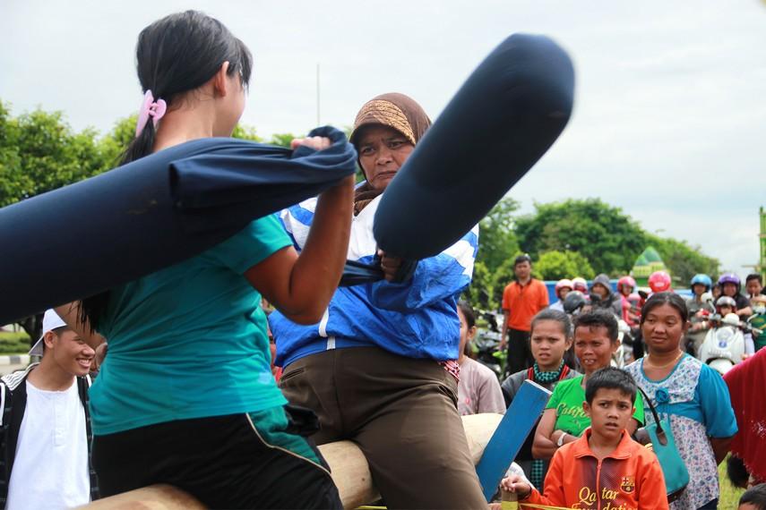 Sesuai namanya, senjata utama para peserta behempas bantal adalah sebuah bantal panjang seberat 1-2 kilogram