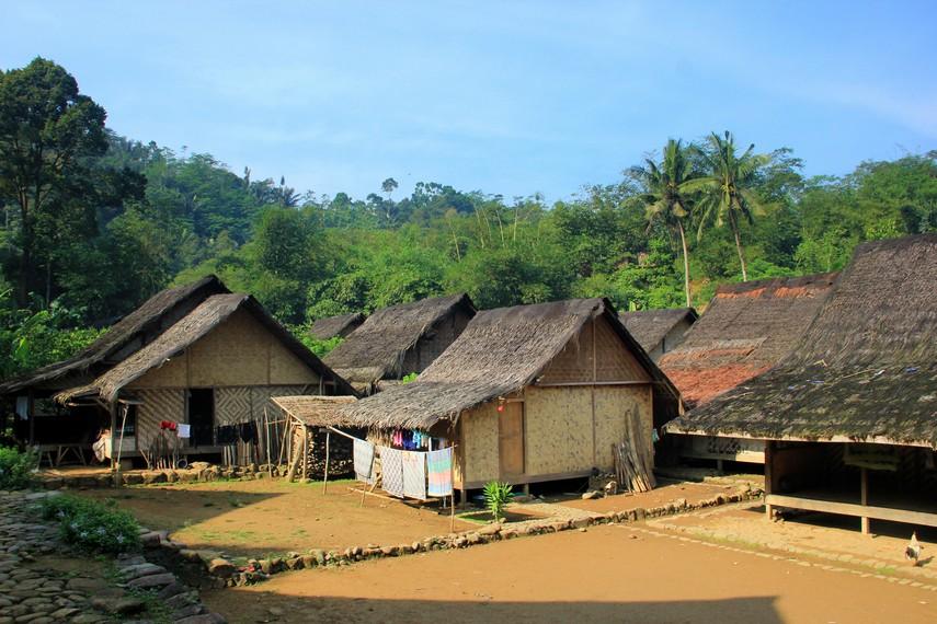 Rumah-rumah tempat anggota keluarga Suku Baduy tinggal yang masih tradisional