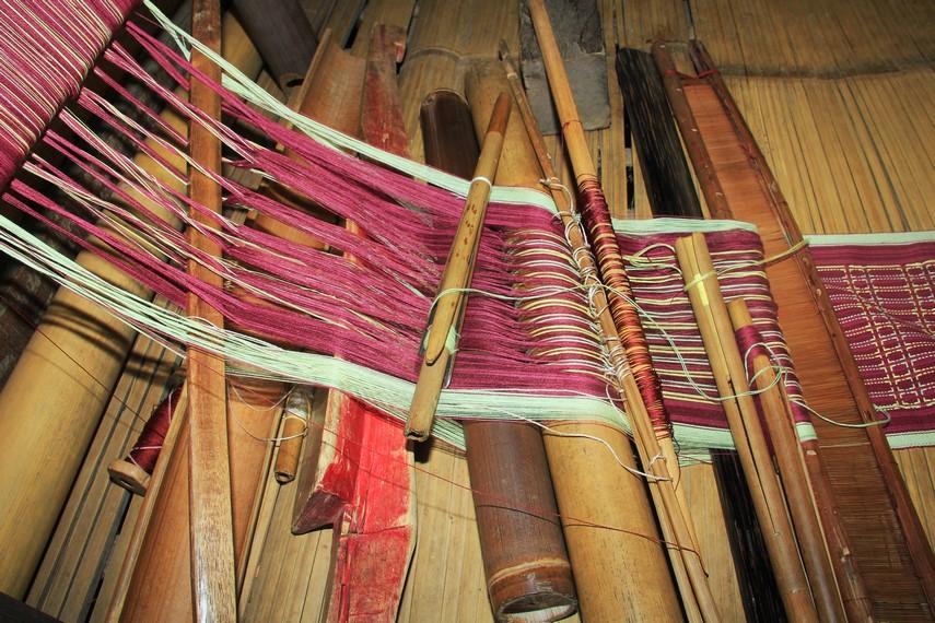 Bambu dan bilah-bilah kayu yang saling beradu serta menyelipkan benang dalam alat tradisional menjadi bagian dalam proses menenun Suku Baduy