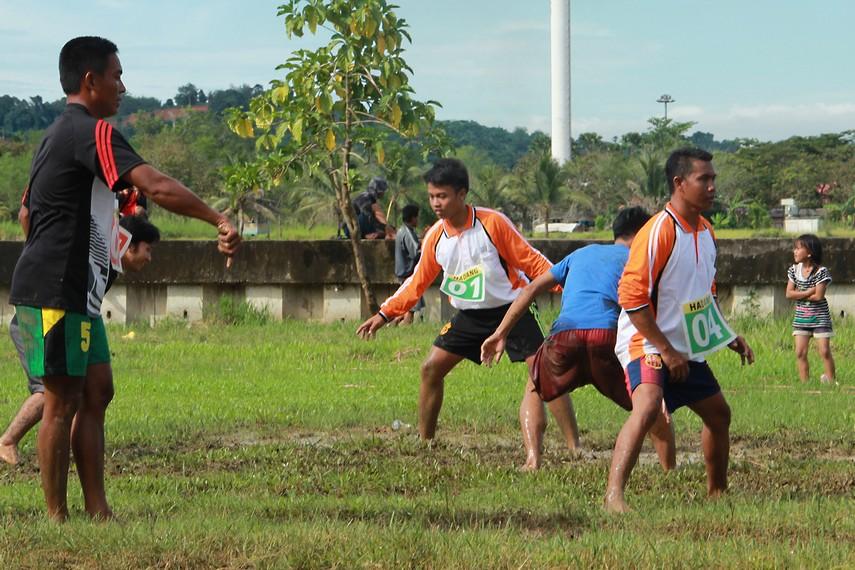 Untuk bermain hadang, biasanya membutuhkan area persegi panjang yang mempunyai panjang lapangan 15 meter dan lebar 9 meter