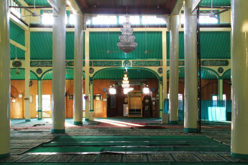 Masjid Sultan Syarif Abdurrahman memiliki arsitektur yang unik dimana terdapat 6 tiang besar yang terbuat dari kayu belian