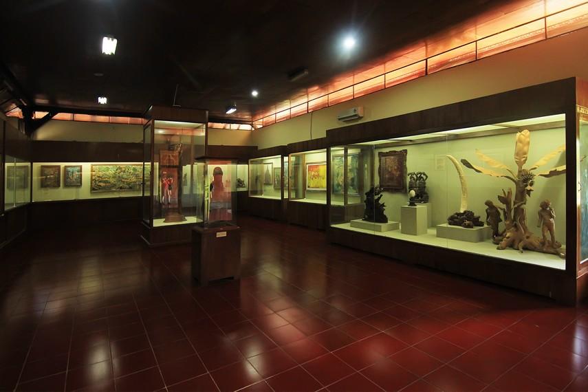 Gedung Timur berisi koleksi-koleksi yang bersifat tidak sakral, antara lain perhiasan, sakorfagus, arca, senjata tradisional, dan lukisan