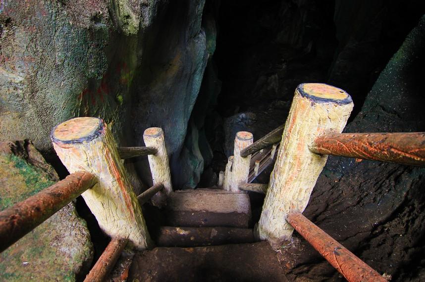 Gua Ngalau Indah berada di atas bukit dengan ketinggian 640 meter dpl