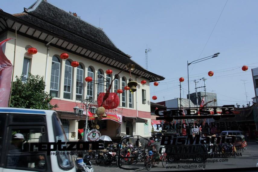 Bus ini juga melewati Pasar Gede, pasar tertua di Kota Solo
