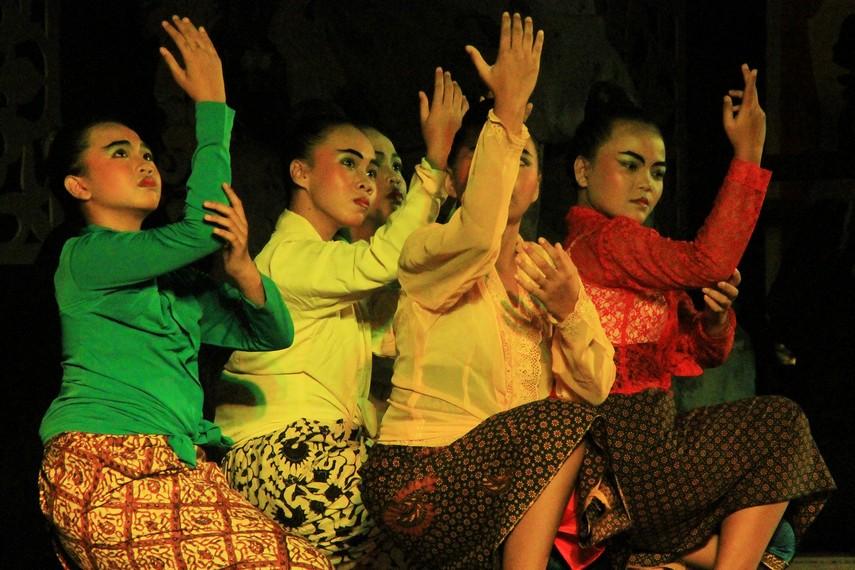 Para penari yang menggambarkan masyarakat Daha terserang penyakit aneh