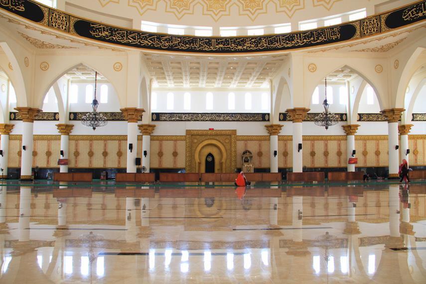 Bagian dalam masjid memiliki arsitektur khas Kalimantan Barat salah satunya dengan tiang-tiang penyangga masjid