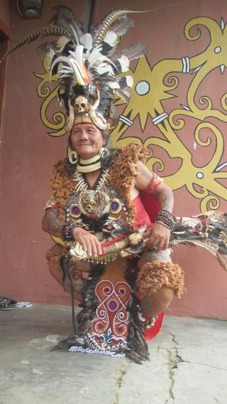 Petrus Lengkong, salah satu seniman pembuatan patung yang berasal dari Kabupaten Bengkayang dan Singkawang