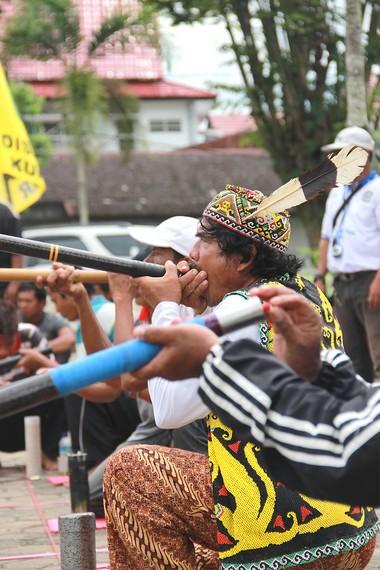 Di Festival Erau, Tenggarong, Kalimantan Timur, terdapat lomba sumpit yang membuat festival ini tambah meriah
