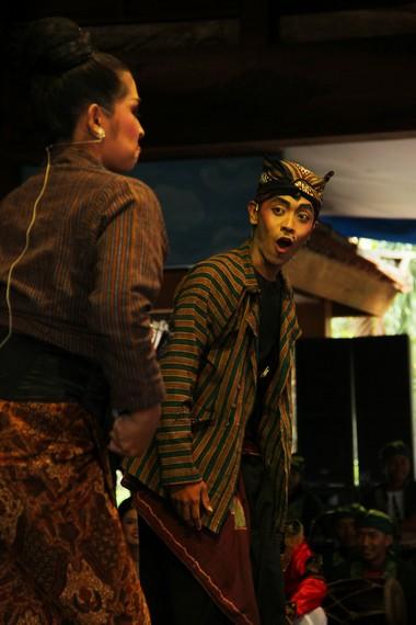 Tari Ambarang dibuka oleh peran goro-goro yang berakting seolah akan menanggap seni Jaranan