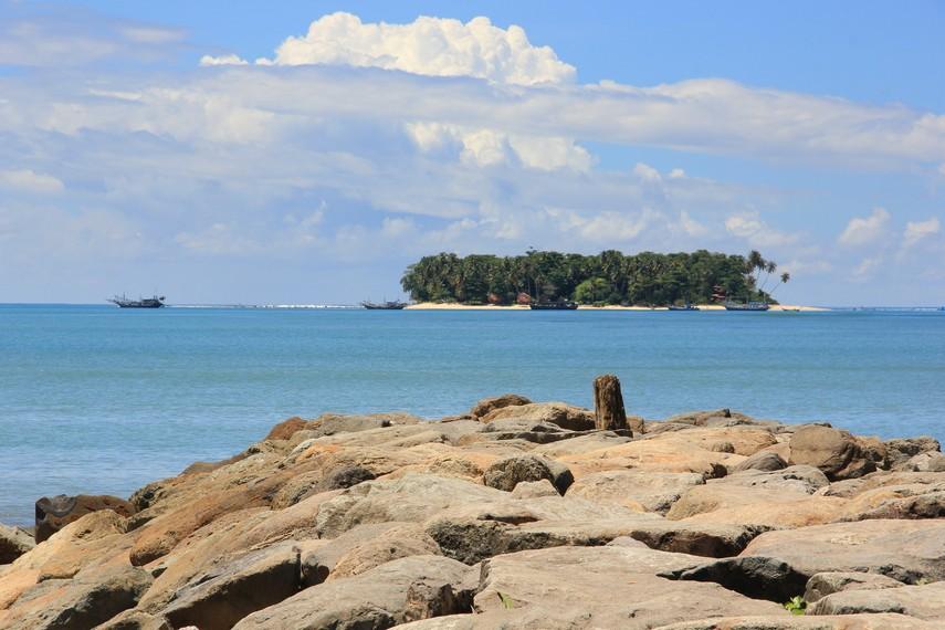 Pulau Angso berada tepat di hadapan Pantai Gandoriah merupakan satu dari enam pulau kecil di lepas pantai Pariaman