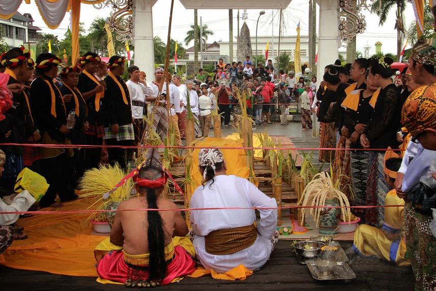 Belian dan pawang menghaturkan mantra di depan balai, bersiap menyambut kedatangan Sultan di dermaga Tenggarong
