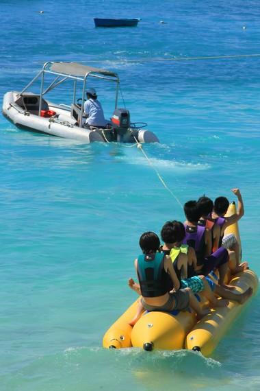 Banana boat menjadi salah satu fasilitas yang bisa ditemukan di Nusa Lembongan
