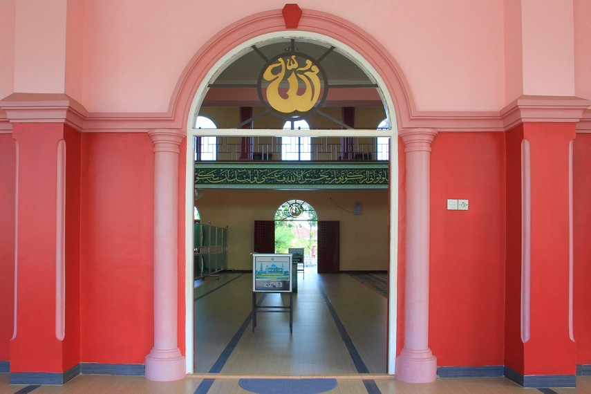 Di awal keberadaannya, masjid ini dibangun dengan latar belakang untuk menjaga hubungan baik antara masyarakat keturunan Tionghoa dengan masyarakat Palembang