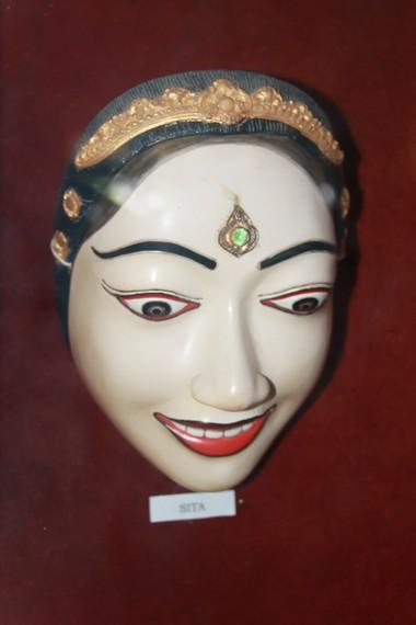 Topeng yang digunakan seorang penari menunjukkan karakter tokoh yang diperankannya