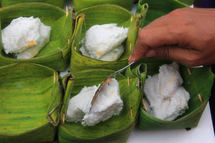 Adonan lenggang yang sudah dibuat kemudian di masukkan ke dalam wadah daun pisang untuk dipanggang
