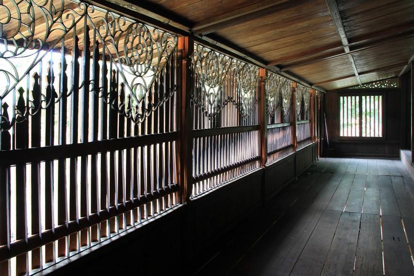 Rumah limas dalam budaya Palembang mempunyai makna filosofis yang mendalam, tiap ruangan diatur dengan menggunakan filosofi kekijing