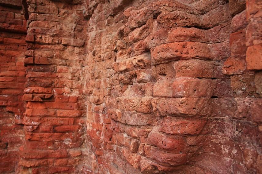 Struktur Candi Jabung terbuat dari batu bata merah, dan sebagian yang lain terbuat dari batuan andesit