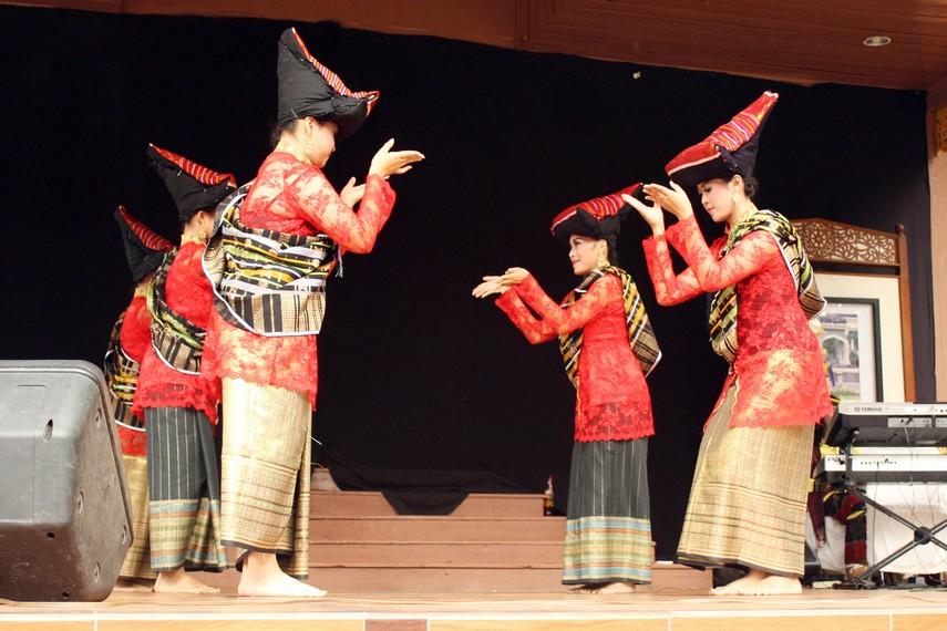 Dalam tarian ini, penari yang terdiri dari beberapa gadis melakukan gerakan tarian yang lemah gemulai