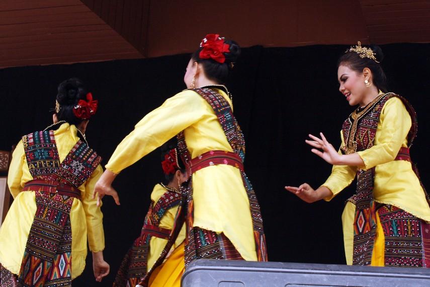 Sambil mengitari lingkaran para penari ini menjentikan jari jemari dengan sesekali bertepuk tangan