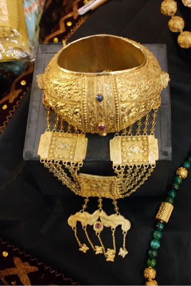 Ciri khas kerajinan perak di Koto Gadang Agam terletak pada bentuknya yang halus dan warna yang tidak terlalu berkilau