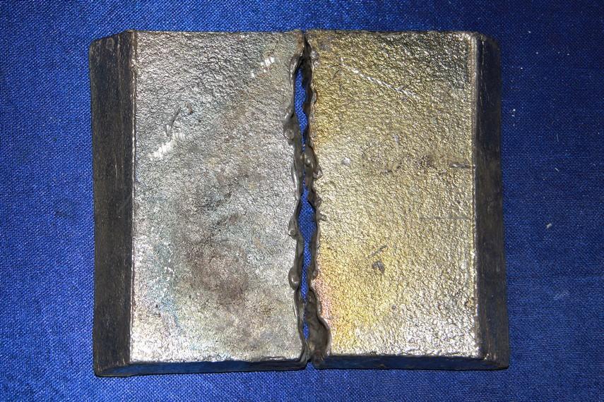 Lempengan besi menjadi bahan baku utama dalam proses pembuatan gamelan