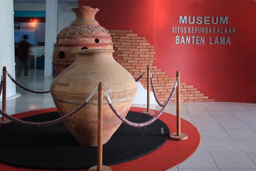 Masuk ke dalam bangunan museum, pengunjung akan disambut dengan 2 gerabah berukuran besar