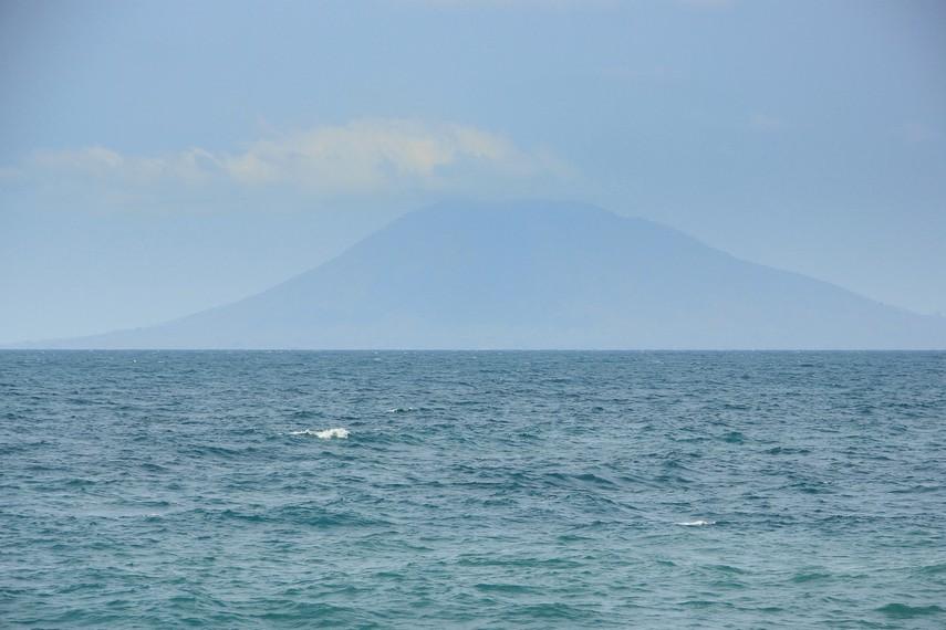 Menuju Pantai Wartawan tidaklah sulit. Dari Pelabuhan Bakauheni, pantai ini berjarak sekitar 31 kilometer