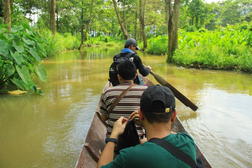 Pemandangan berupa pematang sawah hingga menyusuri sungai adalah sajian sekaligus medan yang harus dilalui pengunjung untuk sampai ke Rawa Danau