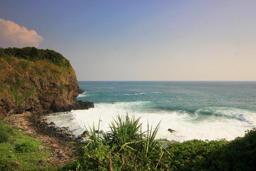 Mengunjungi Gua Tungku, pengunjung harus memiliki keterampilan memanjat  untuk bisa mendekat ke gua ini